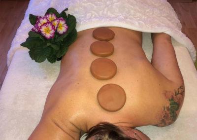 Le massage aux galets d'argile chauds
