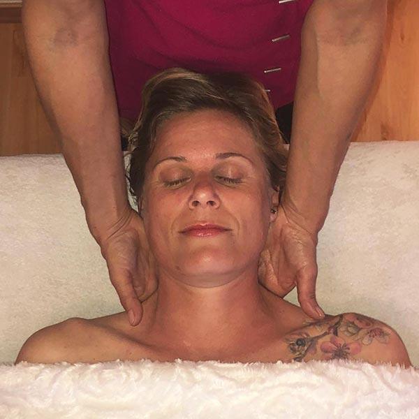 Massage de la nuque, visage et cuir chevelu